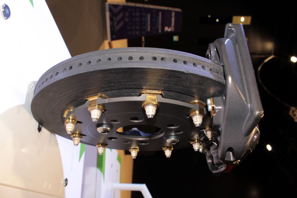 Primo piano di un disco e di una pinza dei freni Brembo usati nelle vetture di Formula E